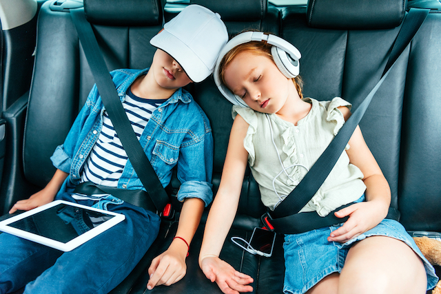 Traveling with children: how to avoid car sickness in complete safety, and without tantrums